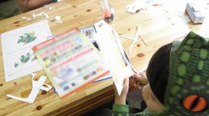 3歳児も何とかハサミを使って制作してます。
